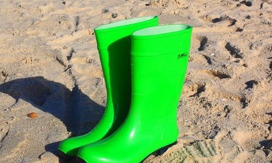 How To Stretch Rubber Boots? - Shoes Care Total
